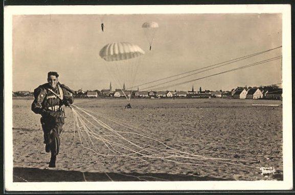 AK Unsere Luftwaffe: Fallschirmjäger bei der Landung
