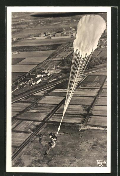 AK Fallschirmjäger kurz nach dem Absprung, der Fallschirm öffnet sich