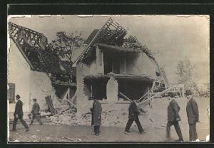Foto-AK Oppau, Dampfkesselexplosion 1921, Männer an zerstörten Häusern
