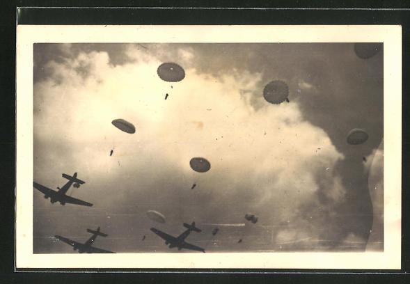 AK Fallschirmjäger beim Absprung aus Flugzeugen