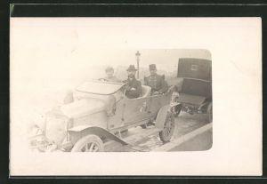 AK Männer in einem Auto sitzend