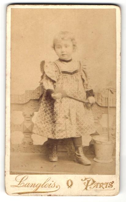 Fotografie Langlois, Paris, hübsches blondes Mädchen im Kleid mit Eimer und Schaufel
