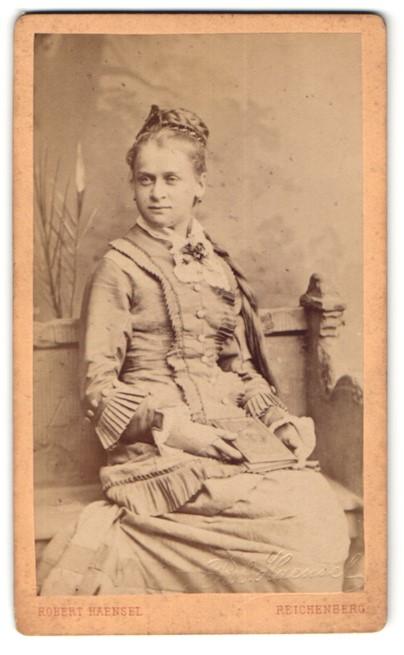 Fotografie Robert Haensel, Reichenberg, Portrait blonde junge Frau mit Flechtfrisur mit langem Zopf