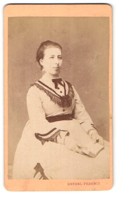 Fotografie Knebel Ferencz, Szómbathelyen, Portrait sitzende Dame im Kleid mit Buch
