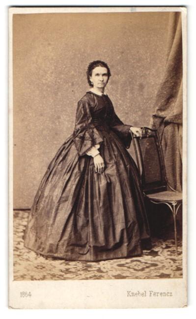 Fotografie Knebel Ferencz, Szombathelyen, Ganzkörperportrait bürgerliche Dame im edlen Kleid