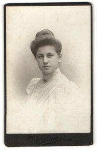Fotografie Sigmund Bing, Wien, Portrait junge Dame in edler Bluse mit zeitgenössischer Frisur