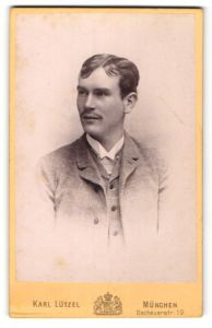 Fotografie Karl Lützel, München, Portrait junger Herr mit Mittelscheitel im Anzug