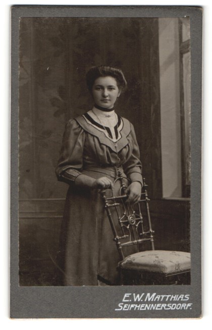 Fotografie E. W. Matthias, Seifhennersdorf, hübsches dunkelhaariges Fräulein mit Halskette im prachtvollen Kleid