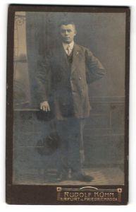 Fotografie Rudolf Kühn, Erfurt, junger Mann im edlen Jackett