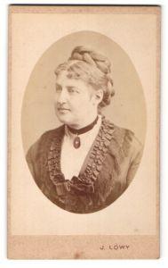 Fotografie J. Löwy, Wien, Portrait hübsche blonde Dame mit Flechtfrisur und Halskette