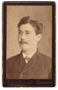 Fotografie Julius Kosmehl, Magdeburg, Portrait Portrait junger dunkelhaariger Mann mit Seitenscheitel und Schnauzer