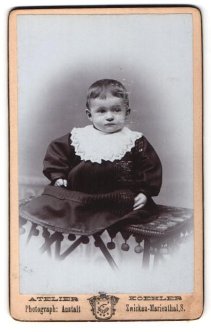 Fotografie Atelier Koehler, Zwickau-Marienthal, niedliches kleines Mädchen im hübschen Kleid mit weissem Kragen