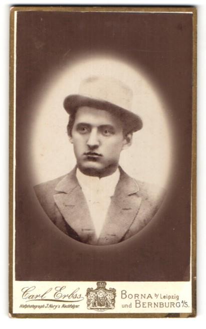 Fotografie Carl Erbs, Borna, Portrait hübscher junger Mann mit Hut