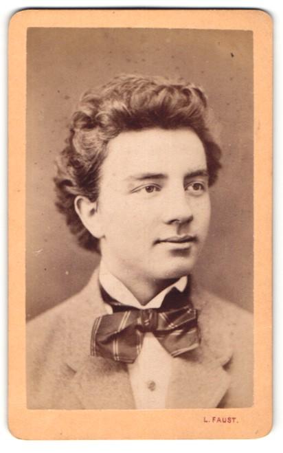 Fotografie L. Faust, Pressburg, Portrait junger Herr mit zeitgenöss. Frisur