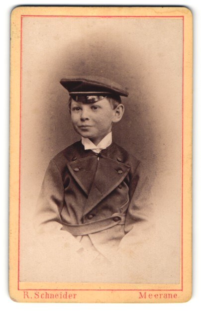 Fotografie R. Schneider, Meerane, Portrait Knabe mit Schirmmütze