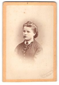 Fotografie F. Grundmann, Gotha, Portrait Fräulein mit zeitgenöss. Frisur