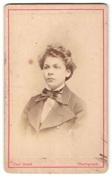 Fotografie Carl Grust, Dresden, Meissen, Portrait halbwüchsiger Bub mit zeitgenöss. Frisur