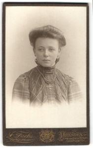 Fotografie J. Fuchs, Dresden, Portrait Fräulein mit Hochsteckfrisur