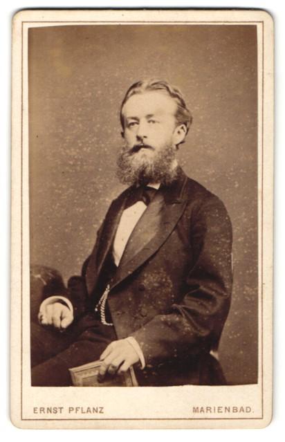 Fotografie Ernst Pflanz, Marienbad, Portrait Herr in Anzug mit Vollbart