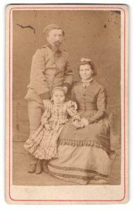 Fotografie unbekannter Fotograf und Ort, Portrait Familie in zeitgenöss. Garderobe
