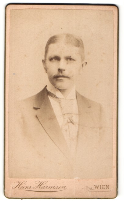 Fotografie Heinr. Harmsen, Wien, Portrait junger Herr mit Mittelscheitel