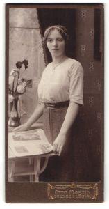 Fotografie Otto Martin, Dresden-Löbtau, Portrait Fräulein in zeitgenöss. Garderobe