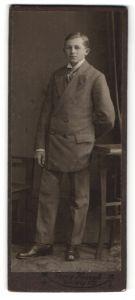 Fotografie Georg Koczyk, Coswig i/S, Portrait halbwüchsiger Knabe in Anzug
