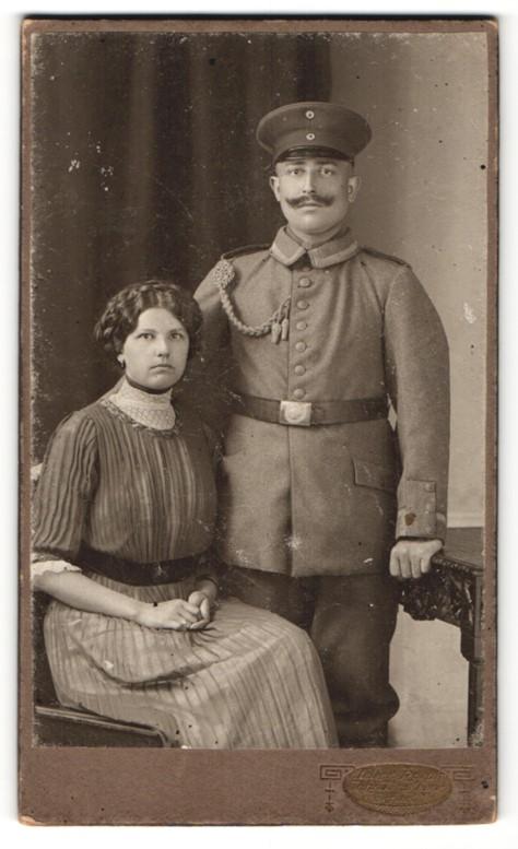 Fotografie Atelier Hamm, Erfurt, hübsche junge Dame im edlen Kleid & Soldat mit Schnurrbart in Uniform