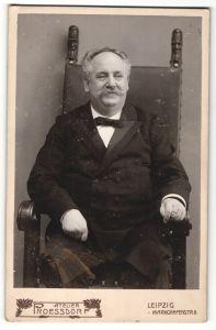 Fotografie Atelier Proessdorf, Leipzig, betagter stattlicher Herr mit Halbglatze und Schnurrbart im Stuhl sitzend