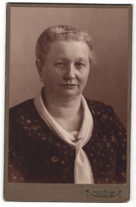 Fotografie Georg Koczyk, Coswig, Portrait schöne ältere Dame mit Ohrringen und Halstuch