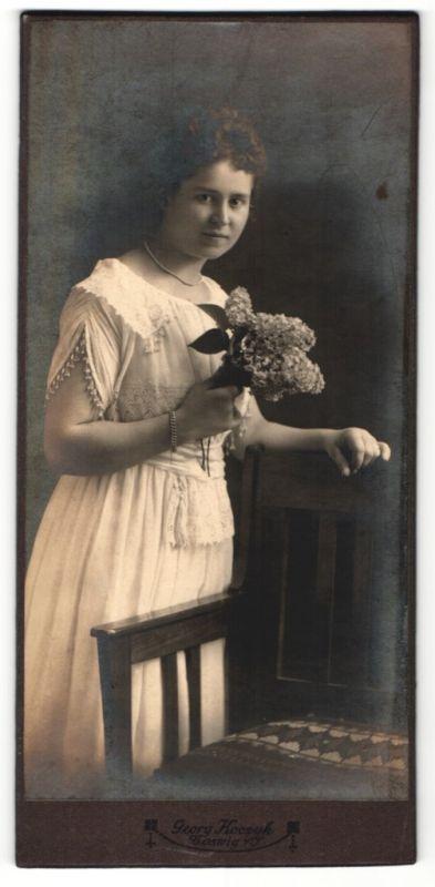 Fotografie Georg Koczyk, Coswig, hübsches Fräulein mit lockigem Haar und Fliederstrauss