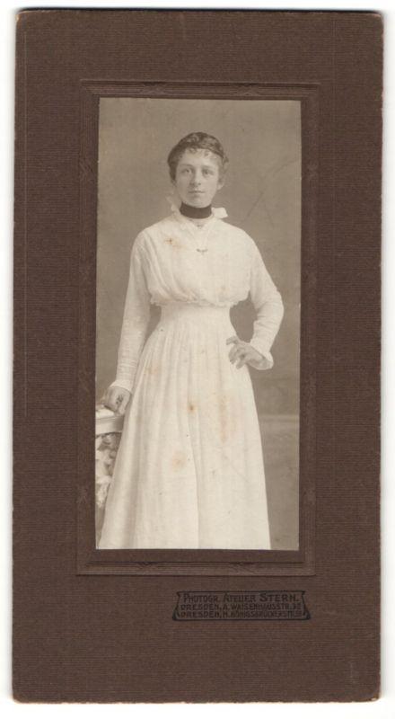 Fotografie Atelier Stern, Dresden, hübsche junge Frau mit Hochsteckfrisur im weissen Kleid