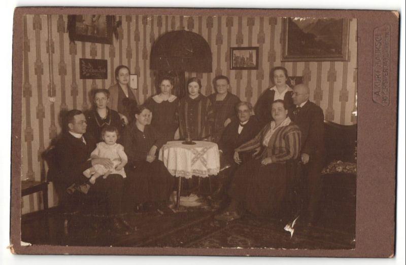 Fotografie A. Kurt Mauksch, Hoyerswerda, hübsches Grossfamilienportrait im Wohnzimmer