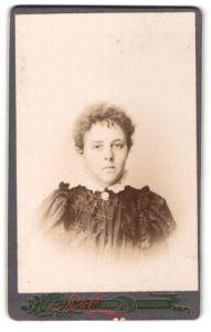 Fotografie Photo Studio, Malvern, Portrait junge Frau mit zusammengebundenem Haar