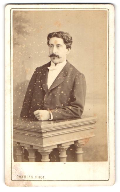 Fotografie Charles, Bordeaux, Portrait Herr mit Oberlippenbart