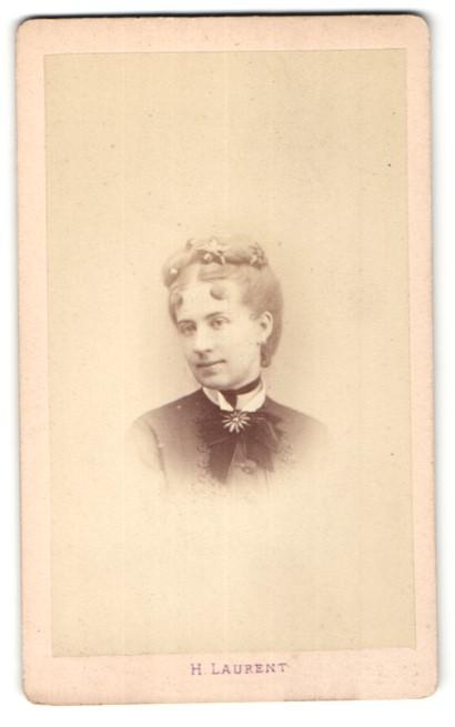 Fotografie H. Laurent, Paris, Portrait Fräulein mit zeitgenöss. Frisur