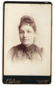 Fotografie J. F. Long, Exeter, Portrait junge Frau mit zeitgenöss. Frisur