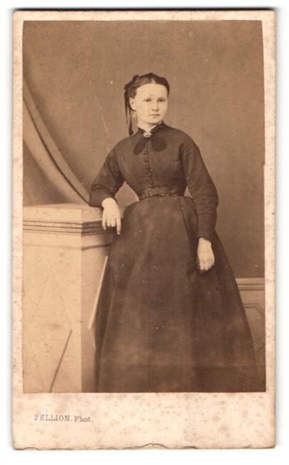 Fotografie Fellion, unbekannter Ort, hübsches junges Mädchen mit dunklem  Haar im schwarzen Kleid mit 62ed7beb00