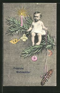 AK Fröhliche Weihnachten, Kleinkind auf einem geschmückten Tannenzweig