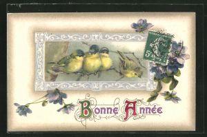 Präge-AK Bonne Annèe, Blaumeisen auf einem Ast sitzend mit Blumen umrahmt