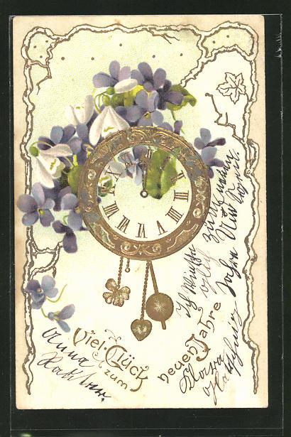 Präge-AK Neujahr, Uhr mit einem Herz- und Kleeblattpendel mit Veilchen und Schneeglöckchen geschmückt