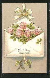 Präge-AK Neujahr, Klee in einem Briefumschlag mit Hufeisen