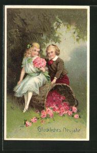 Präge-AK Neujahr, Junge und Mädchen mit Blumenstrauss und einem Korb voller Blüten