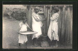 AK Dakar, Zwei Frauen und ein Mädchen bereiten Couscous vor