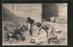 AK Zwei Afrikanische Frauen bereiten Essen vor