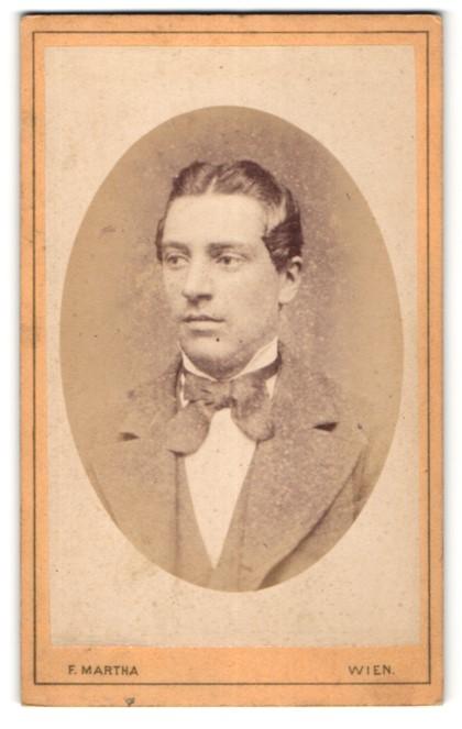 Fotografie F. Martha, Wien, Portrait junger Mann mit zurückgekämmtem Haar