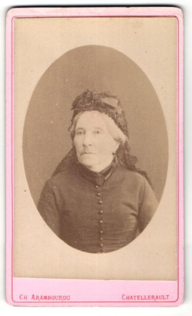 Fotografie Ch. Arambourou, Chatellerault, Portrait betagte Dame mit zeitgenöss. Kopfbedeckung