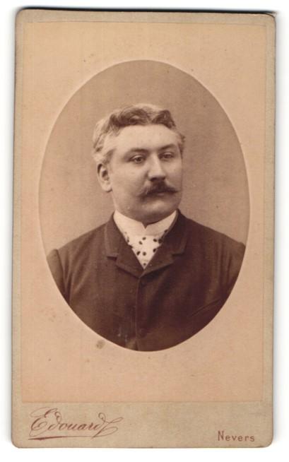 Fotografie Edouard, Nevers, Portrait Herr mit zeitgenöss. Frisur