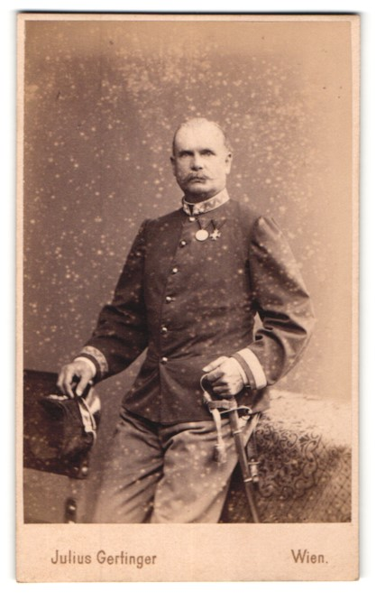 Fotografie Julius Gerlinger, Wien, österreichischer Soldat in Uniform mit Orden & Säbel