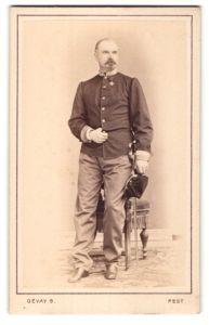 Fotografie Bela Gevay, Pesten, österreichischer Soldat in Uniform mit Orden